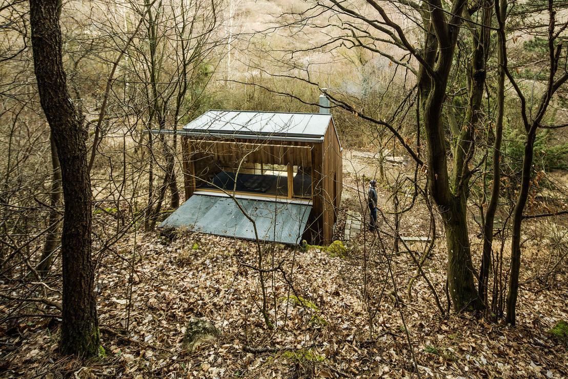 une cabane minimaliste en bois dans la for t de wienerwald. Black Bedroom Furniture Sets. Home Design Ideas