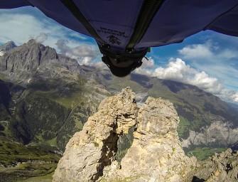 Uli Emanuele réalise exploit en wingsuit