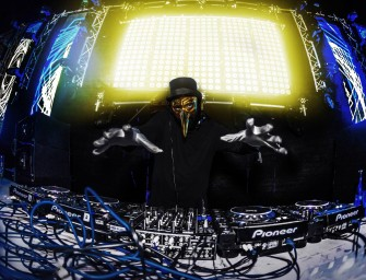 #OnEcoute Claptone –  DJ d'origine Berlinoise reconnaissable à son masque doré au long nez