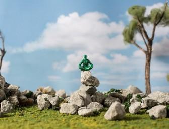 Les Yoga Joes, des petits soldats verts qui ont abandonné leurs armes pour se mettre au yoga